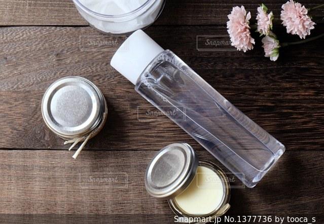 木製テーブルの上の化粧品の写真・画像素材[1377736]