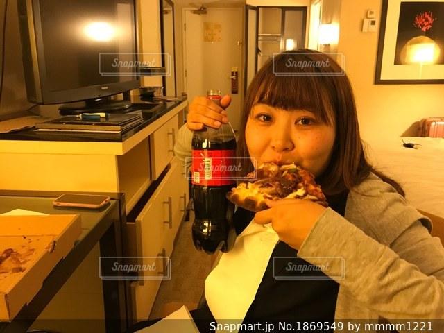 一枚のピザを食べる少女の写真・画像素材[1869549]