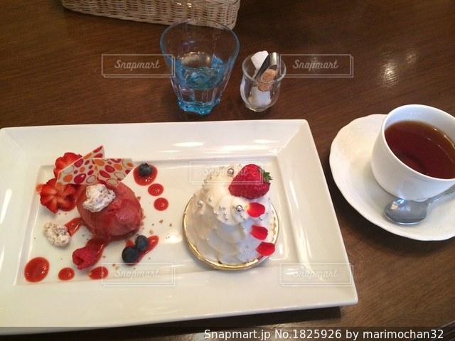 テーブルの上に食べ物のプレートの写真・画像素材[1825926]