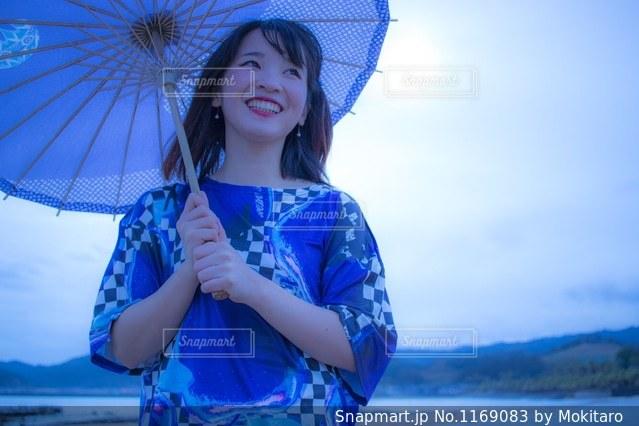 青い傘を持った少女 - No.1169083