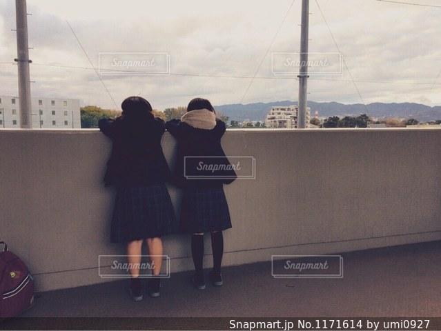 建物の前に立っている人の写真・画像素材[1171614]