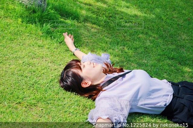 緑の草原の少女の写真・画像素材[1225824]