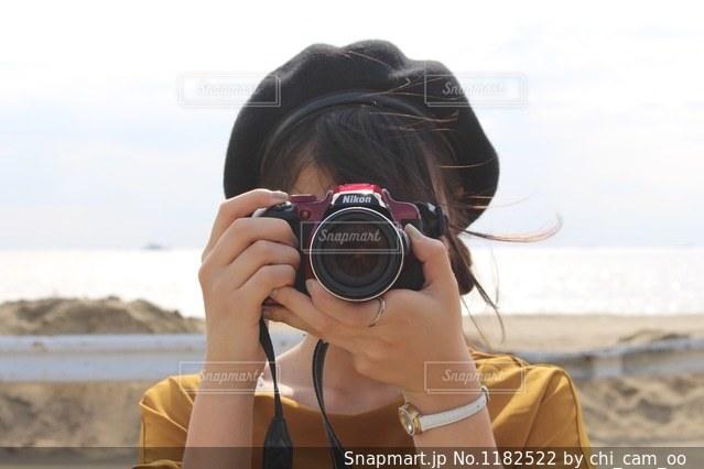 写真を撮る女の子の写真・画像素材[1182522]