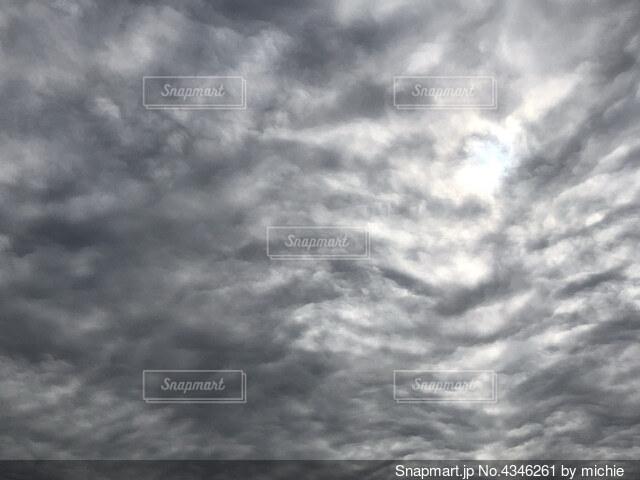 おどろおどろしい雲の写真・画像素材[4346261]
