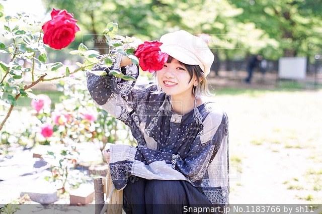 薔薇とお気に入りの洋服の写真・画像素材[1183766]