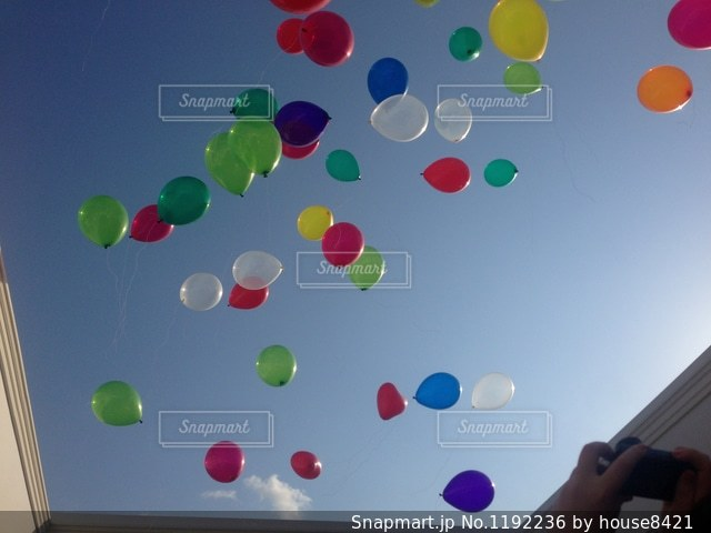 羽ばたく風船の写真・画像素材[1192236]