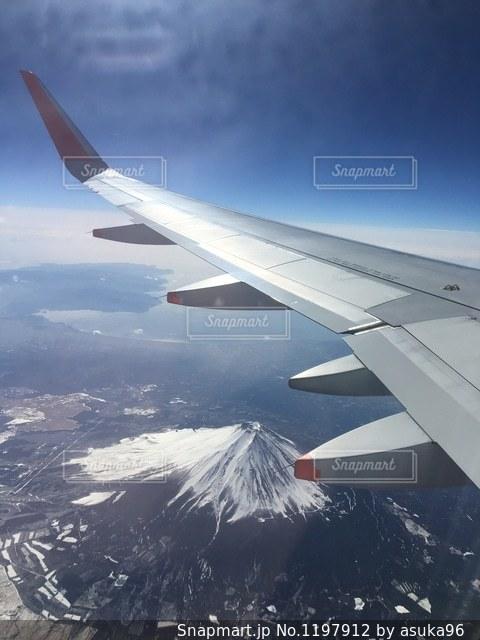富士山の上を飛んでいる飛行機の写真・画像素材[1197912]