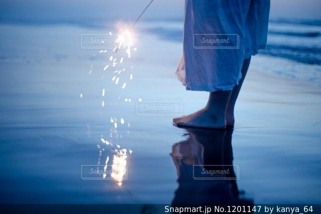 海で花火の写真・画像素材[1201147]