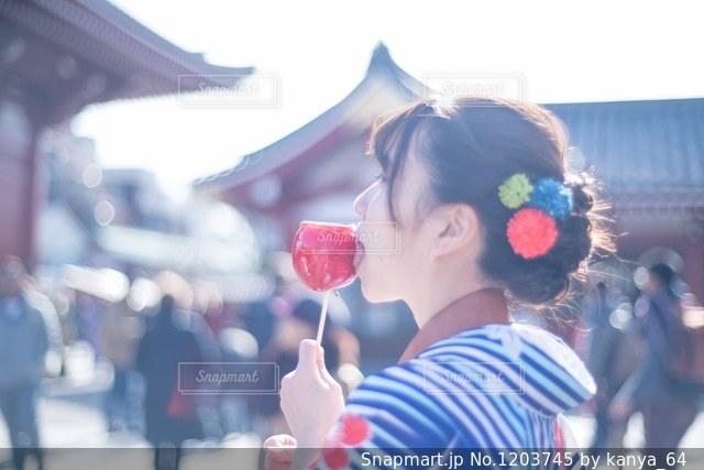 りんご飴と女の子の写真・画像素材[1203745]