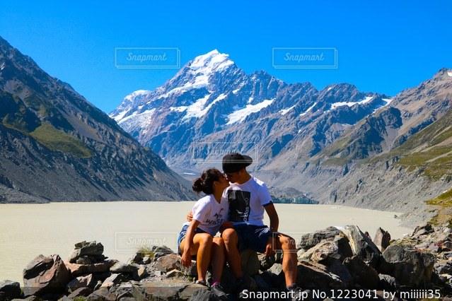 山の上に座っている人々 のグループの写真・画像素材[1223041]