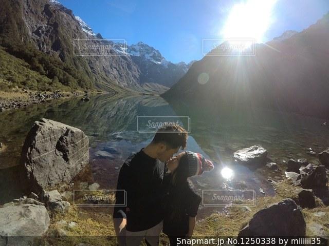 山の前に立っている男の写真・画像素材[1250338]