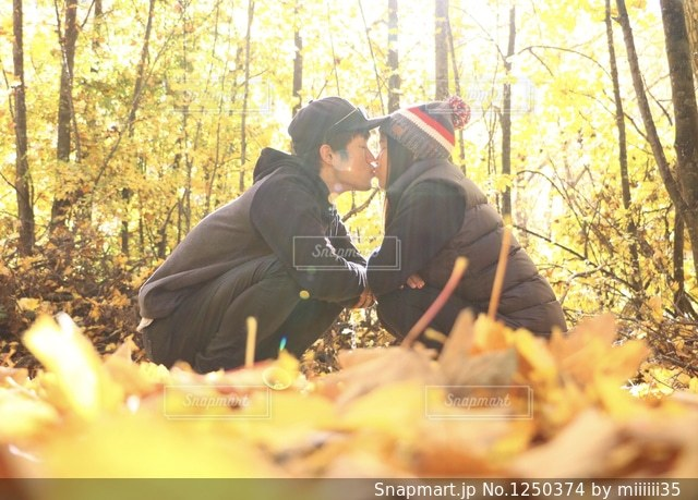 森に坐っていた男の写真・画像素材[1250374]