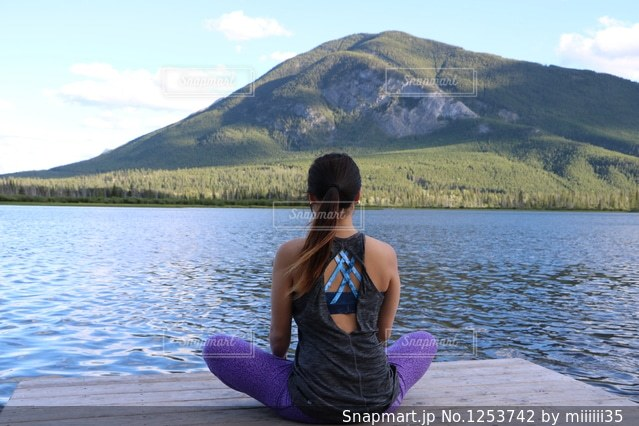 水の体の前に座っている人の写真・画像素材[1253742]