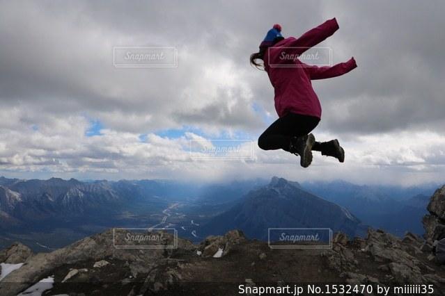 山の頂上でジャンプの写真・画像素材[1532470]
