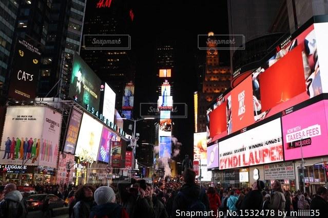 店の前を歩く人の群れの写真・画像素材[1532478]