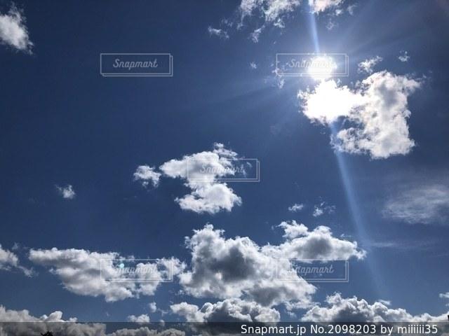 空にある雲のグループの写真・画像素材[2098203]