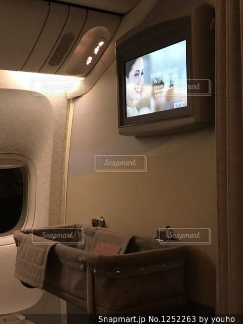 観フラット画面テレビがリビング ルームに座っています。の写真・画像素材[1252263]