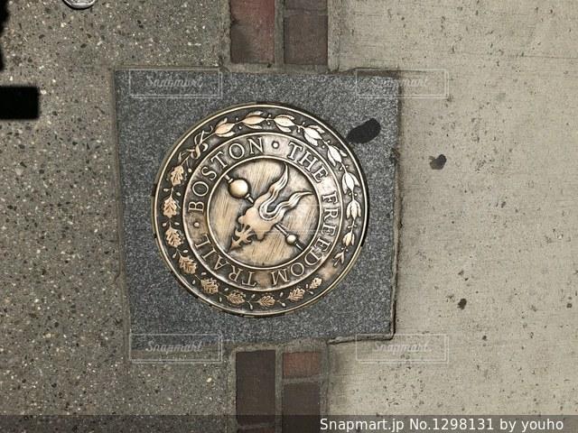 建物の側に時計の写真・画像素材[1298131]