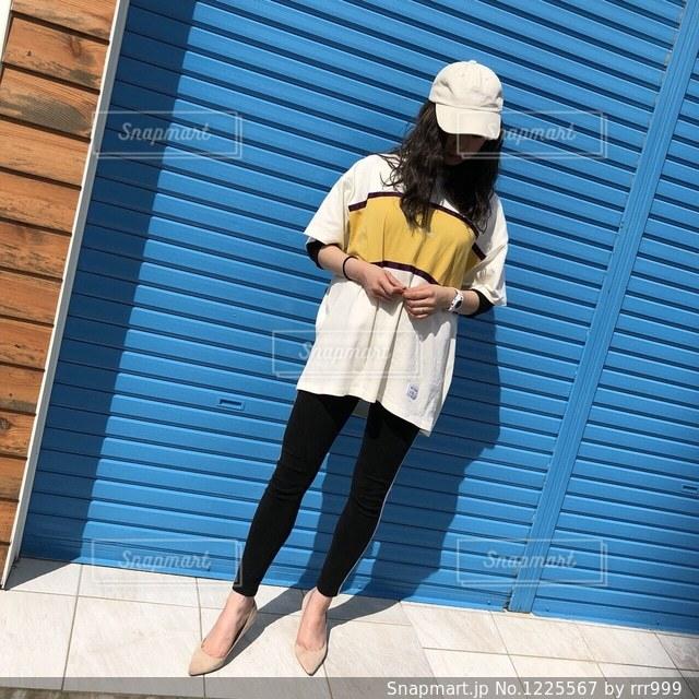 建物の前に立っている女性の写真・画像素材[1225567]