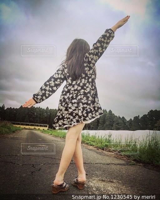 絵になる女の子の後ろ姿の写真・画像素材[1230545]