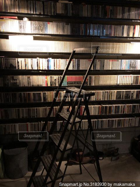 壁一面CDがお気に入りのカフェのインテリアの写真・画像素材[3183930]