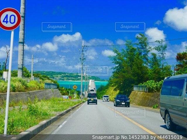 古宇利島に向かう道の写真・画像素材[1452383]
