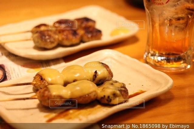 木製のテーブルの上に食べ物のプレートの写真・画像素材[1865098]