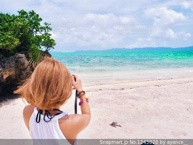 海を撮影する女性の写真・画像素材[1245020]