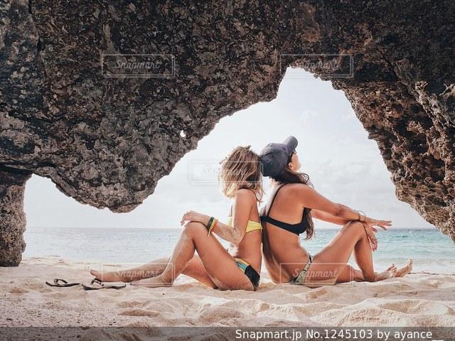 ビーチに座っている女性の写真・画像素材[1245103]