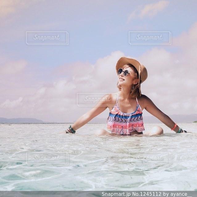 水の体の横に立っている人の写真・画像素材[1245112]