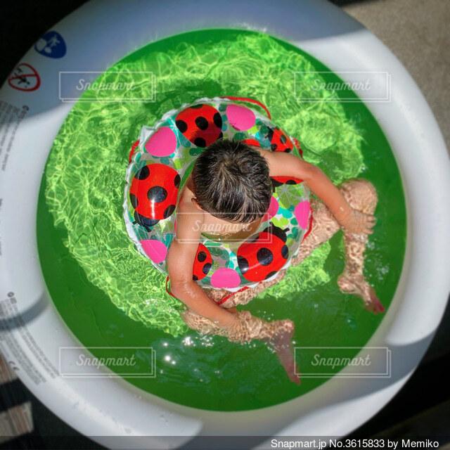 緑のプールに浮かぶ少年の写真・画像素材[3615833]