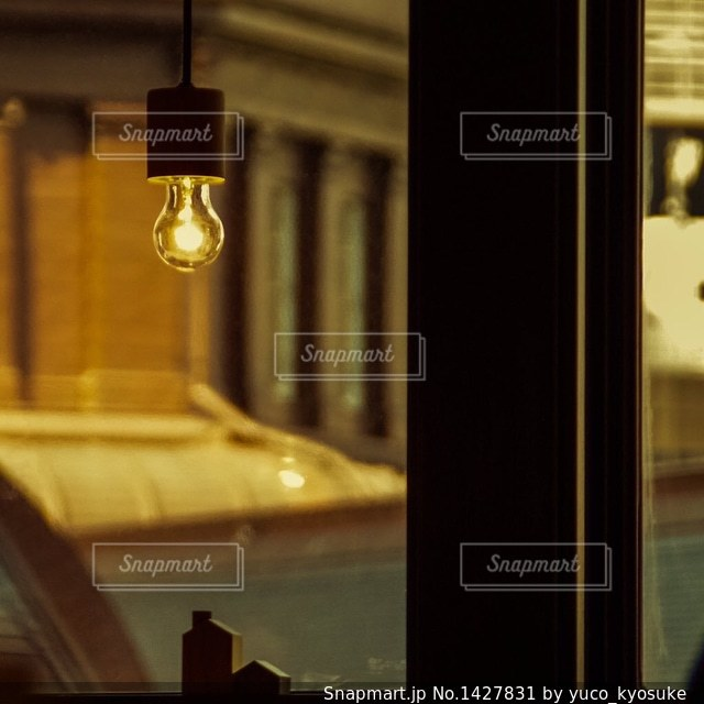 ガラス窓の前でドリンクを飲みながらの写真・画像素材[1427831]