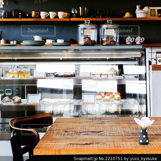 レストランのテーブル付きのキッチンの写真・画像素材[2210751]