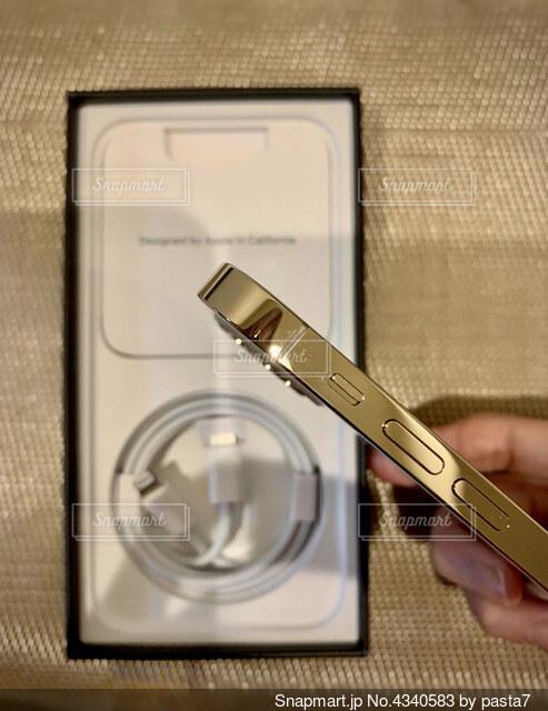 iPhone12Proゴールドの側面の写真・画像素材[4340583]
