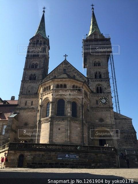 建物の前に教会の尖塔の写真・画像素材[1261904]