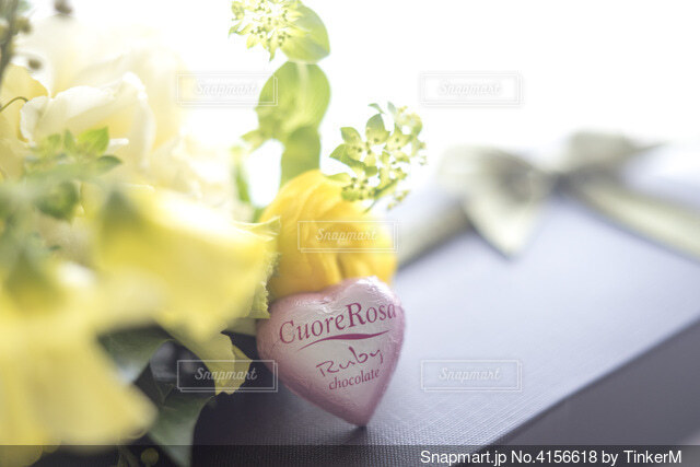 花束とハートのひと粒チョコレートの写真・画像素材[4156618]