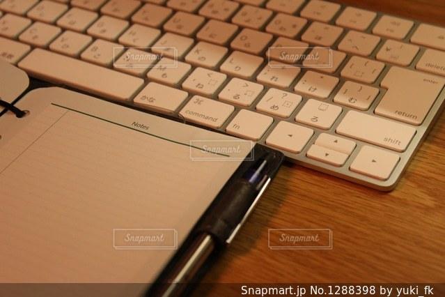 キーボードと手帳の写真・画像素材[1288398]