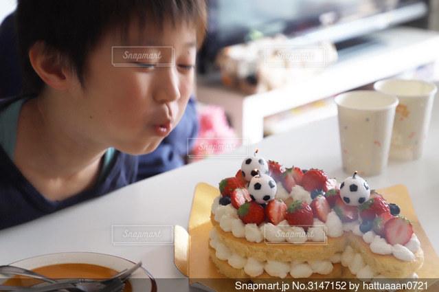 誕生日ケーキを吹き消す三男くん...♪*゚の写真・画像素材[3147152]