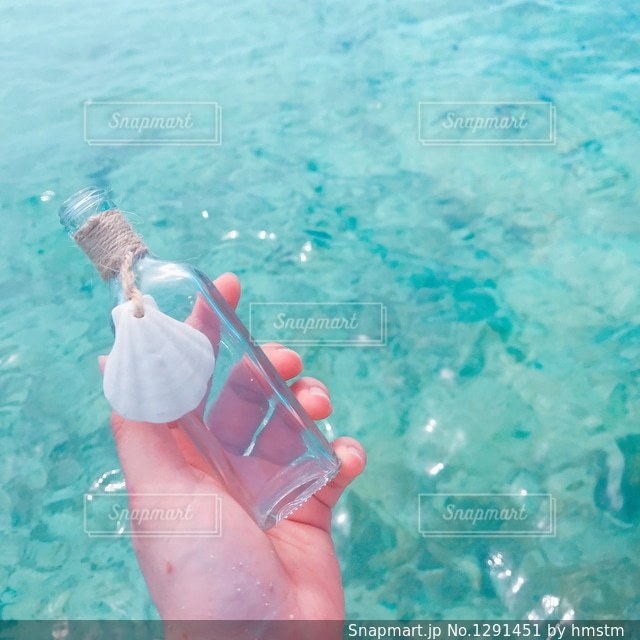 エメラルドの水面とお気に入りの小瓶の写真・画像素材[1291451]