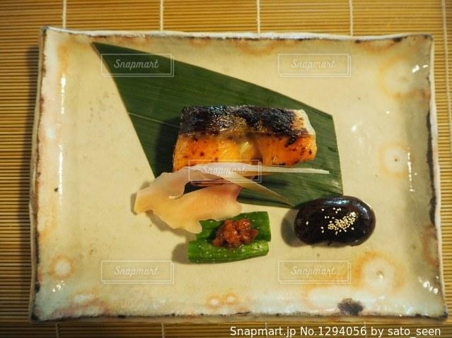 ツバメを模した生姜を飾った鮭料理の写真・画像素材[1294056]