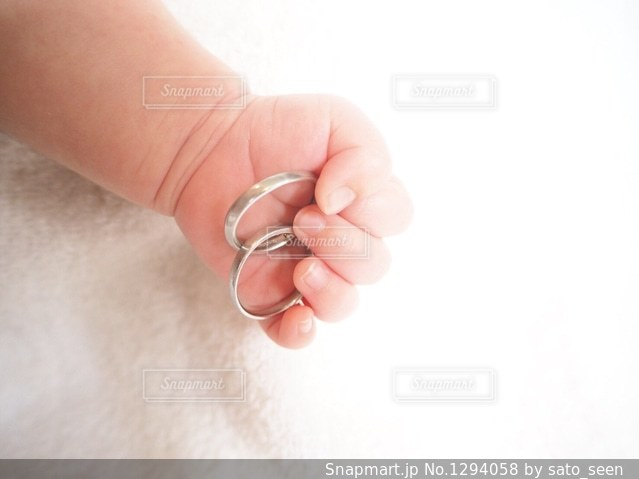 結婚指輪を持つ赤ちゃんの手の写真・画像素材[1294058]