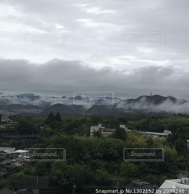雨が降りそうな空の写真・画像素材[1302152]