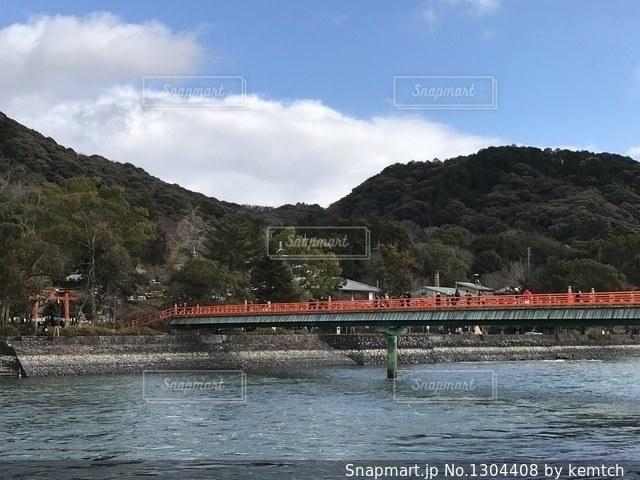 京都の川にかかる赤い橋の写真・画像素材[1304408]