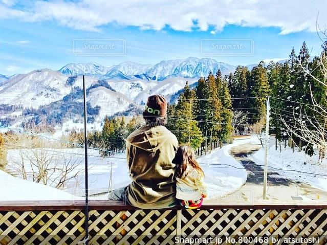雪に覆われた山に立つ男の写真・画像素材[800468]