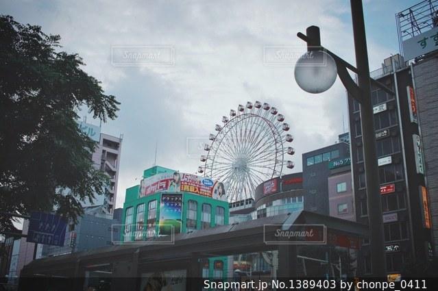 忙しい街の通りの真ん中に時計の写真・画像素材[1389403]