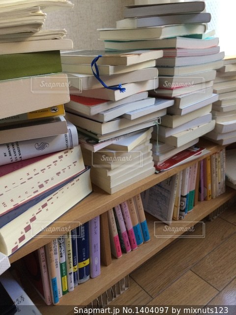 書店の棚の横のテーブルにチラシのスタックの写真・画像素材[1404097]