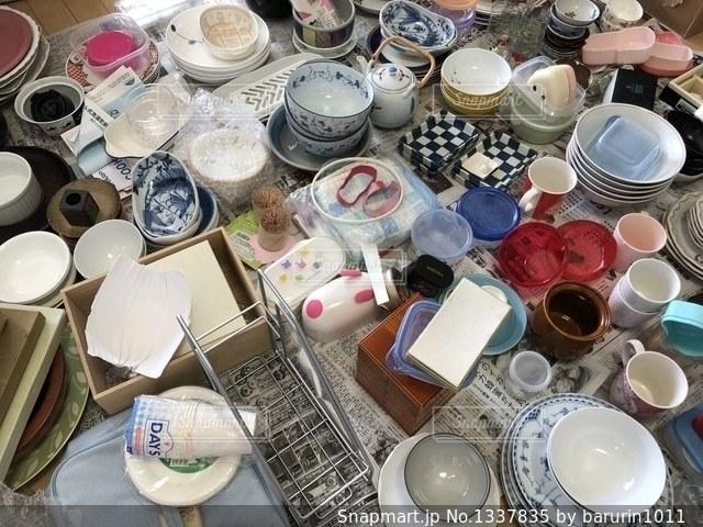 食器棚の中の食器整理の写真・画像素材[1337835]