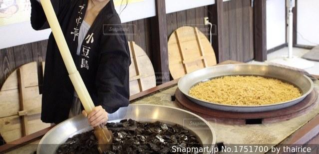 佃煮をかき混ぜる人の写真・画像素材[1751700]