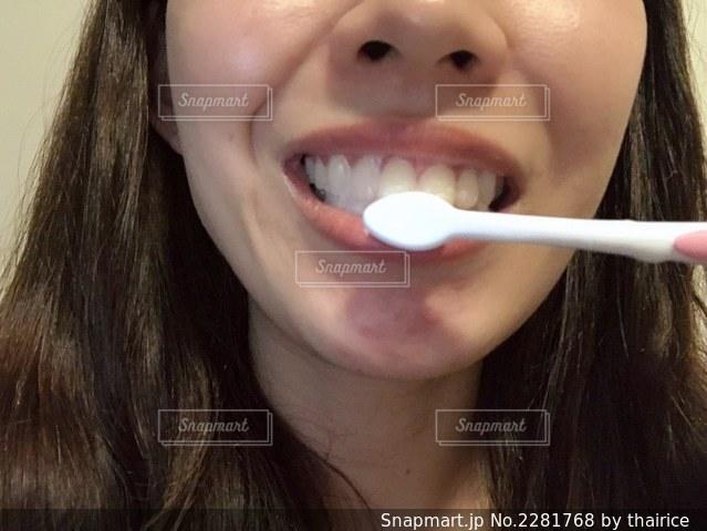 歯ブラシで歯を磨く女性の写真・画像素材[2281768]