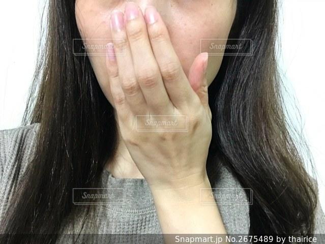 口を塞ぐ女性の写真・画像素材[2675489]